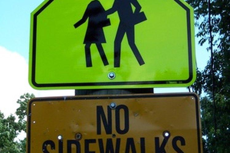 Explica el significado de las señales de tráfico cuando le enseñes a tu hijo seguridad en el tránsito.