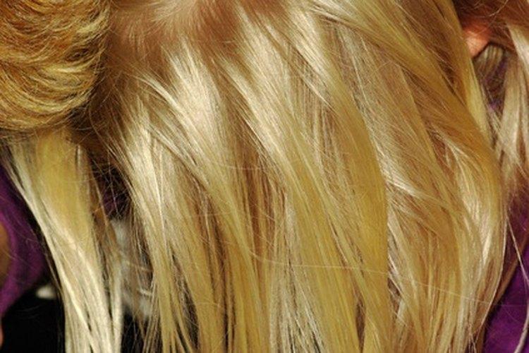 Cambia la raya de tu pelo para rápidamente disfrazar tus raíces oleosas.