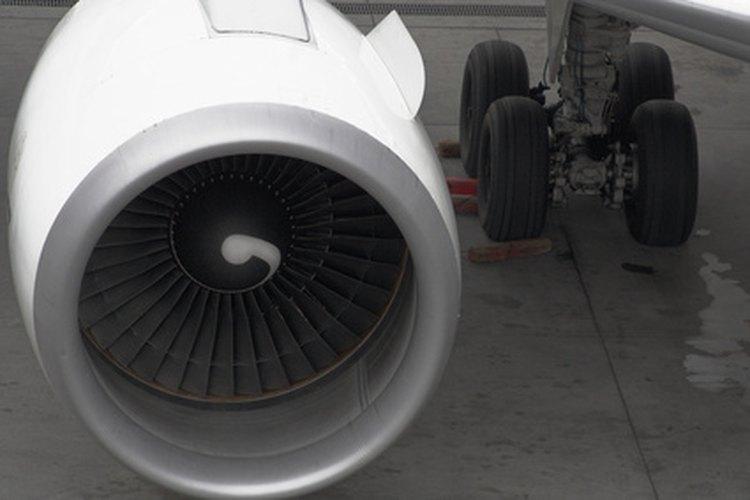 Los ingenieros aeroespaciales diseñan partes de aeronaves.