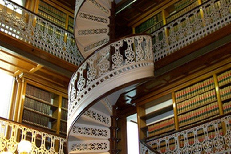 Ya sea dramática o normal, todas las escaleras necesitan algún tipo de suelo.