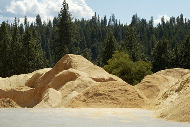 El aserrín es un absorbente poco costoso para eliminar las manchas en el cemento.