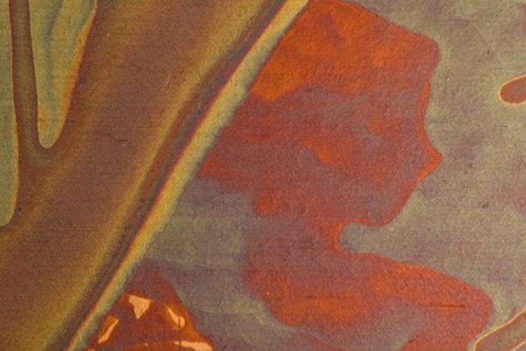El revestimiento de cobre con cera de piso acrílica líquida proporciona una base para el grabado creativo.