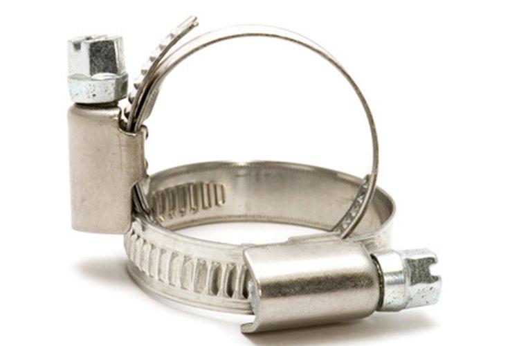 Una abrazadera para manguera mantendrá bien unidas la manguera de descarga y su extensión.