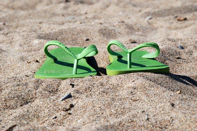 Las sandalias de goma son el calzado adecuado sólo para las bodas en la playa más informales.