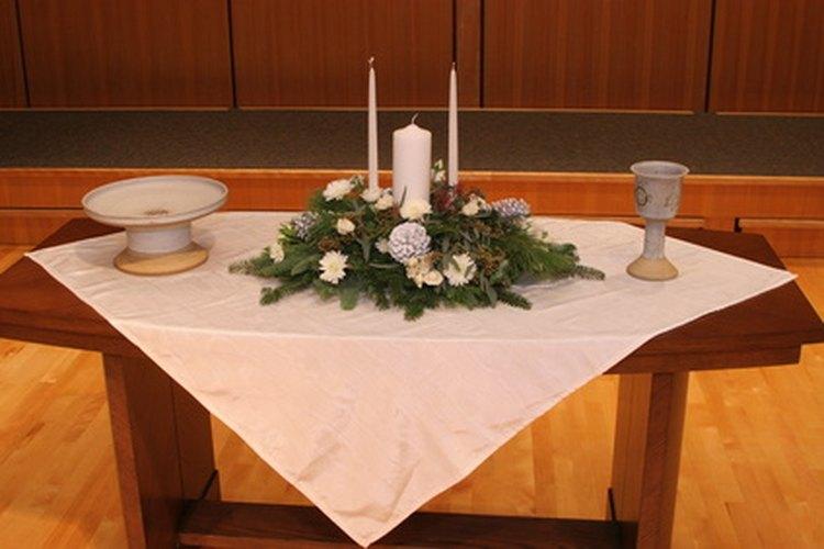 Un centro de mesa con un motivo cristiano para celebrar la Primera Comunión.