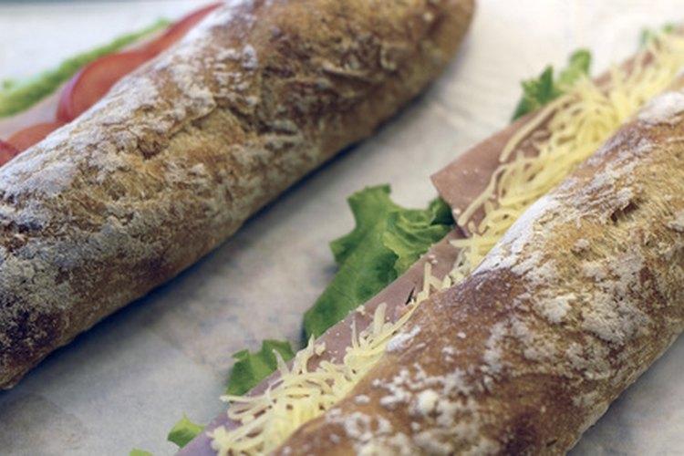 Los artistas del sándwich también cumplen tareas de caja y servicio al cliente.