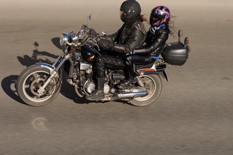 Paseo romántico en motocicleta.