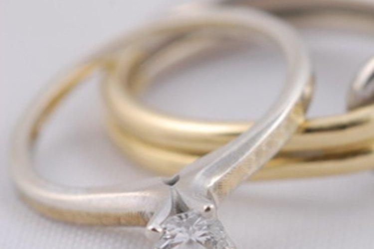 Se recomiendan ciertas normas de etiqueta al usar anillos de compromiso y boda.