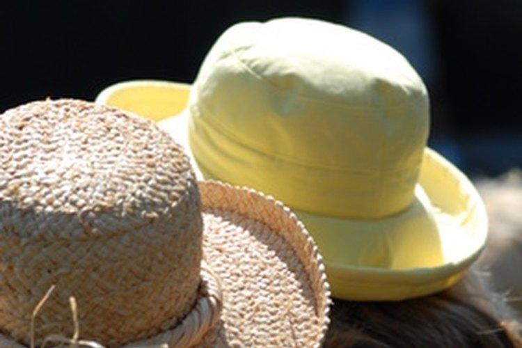 Si te inclinas por sombreros de paja o rafia elige aquellos con una línea de protección solar.