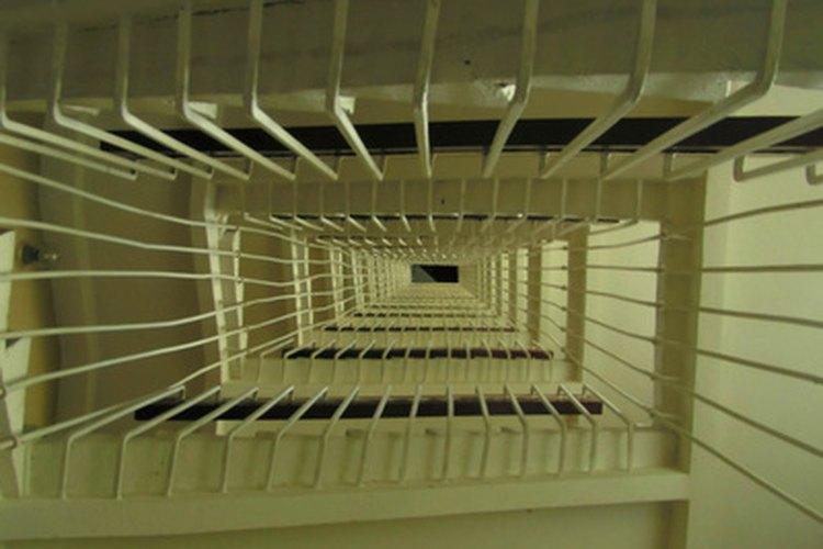 Instala barandas en tu escalera.