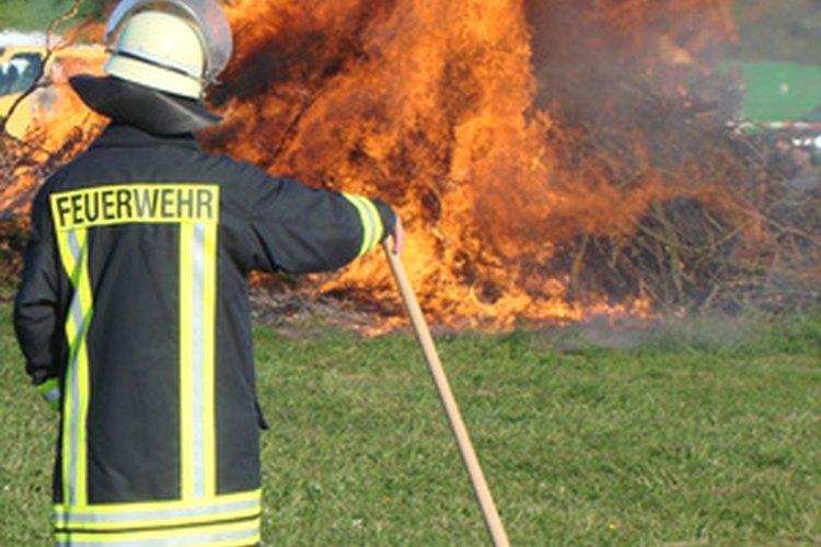 La vestimenta para combatir las quemaduras es esencial para el trabajo de un bombero.