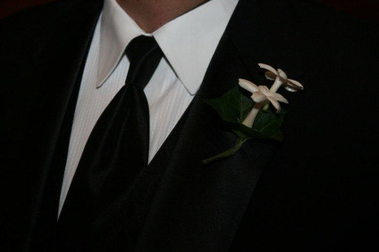 Un terno negro con una camisa blanca es un estilo clásico.