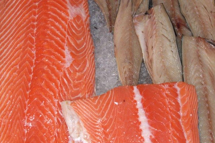Los pescados deben estar adecuadamente refrigerados para mantenerlos frescos.