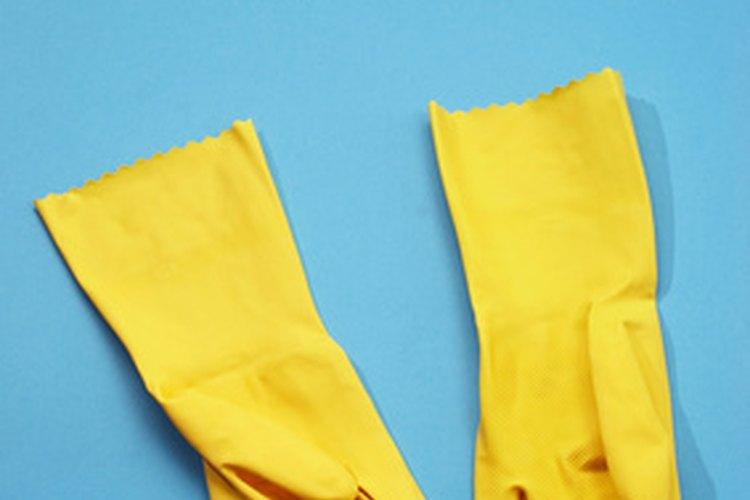 Ponte un guante de goma si la idea de llegar dentro del inodoro te perturba.