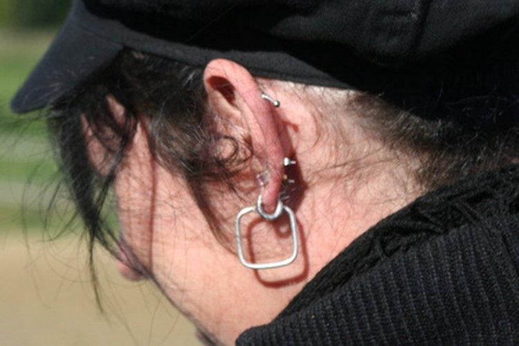 La joyería de la oreja no siempre es bienvenida en el lugar de trabajo.