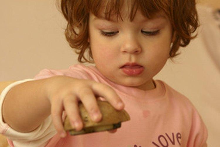 Permite a los niños ser creativos enseñándoles cómo pintar con acuarelas.