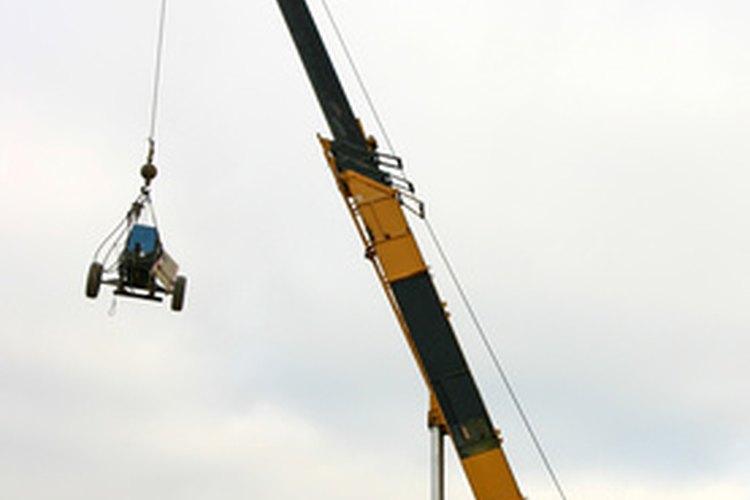 Un accesorio hace que la retroexcavadora sea eficaz para mover herramientas y equipos.
