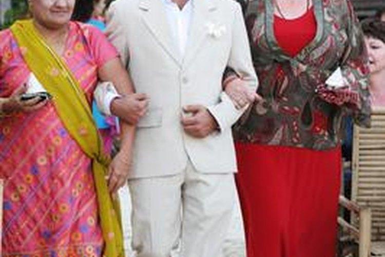 Los invitados a las bodas indias o los miembros de la parte de la novia podrían querer vestirse de manera tradicional.