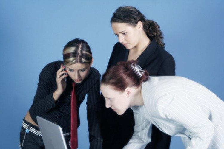 El gerente de logística trabaja con muchas personas dentro y fuera de la empresa.