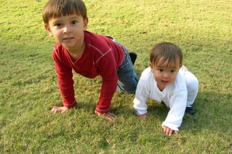 Los hermanos pueden ayudar a participar a tu bebé de ocho meses de edad.