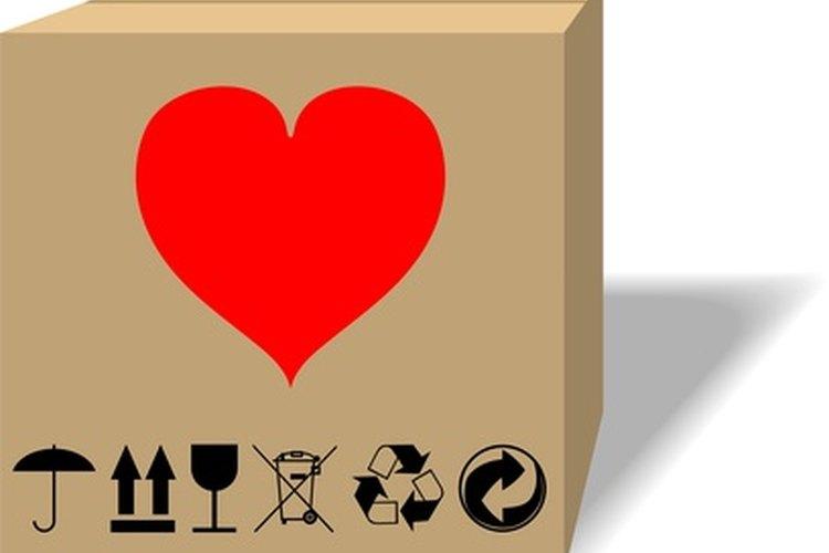 La caja moderna de cartón tiene superficies que aceptan la impresión.