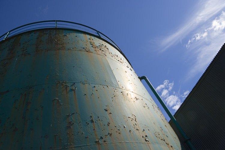 Determina el peso de un tanque de acero utilizando el conocimiento de la física.
