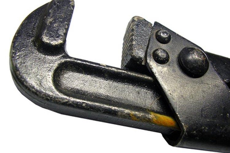 Utiliza una llave de tubería para instalar una tubería roscada.