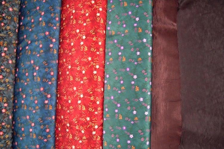 La tafeta de poliéster, como la mayoría de las otras telas, puede ser lisa o estampada.