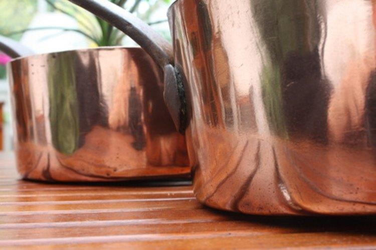 El pulimento para metales Brasso es eficaz para limpiar las ollas y sartenes de cobre.