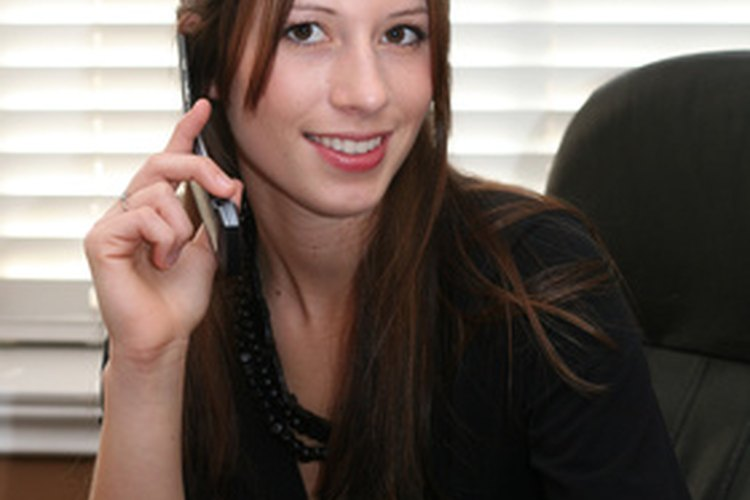 Las recepcionistas siempre deben verse profesionales para recibir a las visitas.