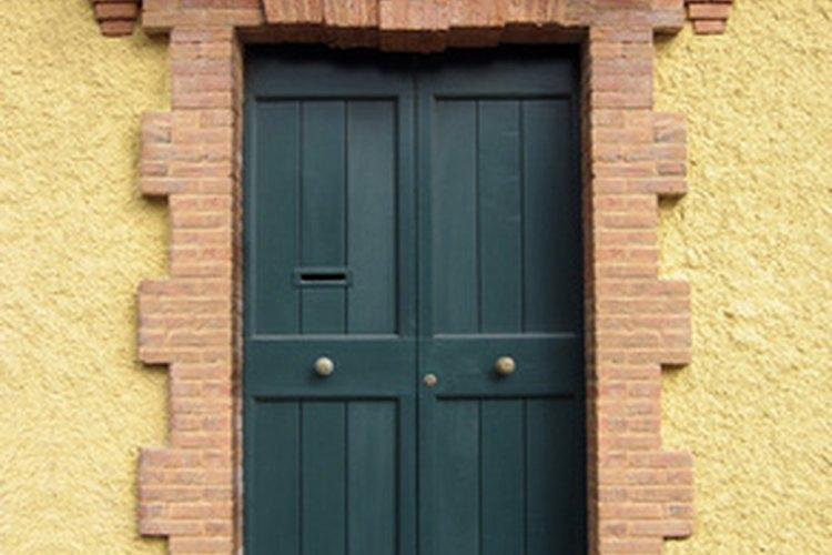 Una puerta de entrada hacia el este de color verde oscuro atrae bendiciones financieras y oportunidades de crecimiento.