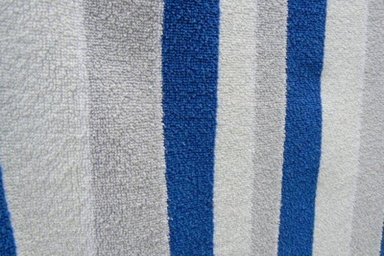 Extiende una toalla limpia para proteger tu superficie de trabajo.