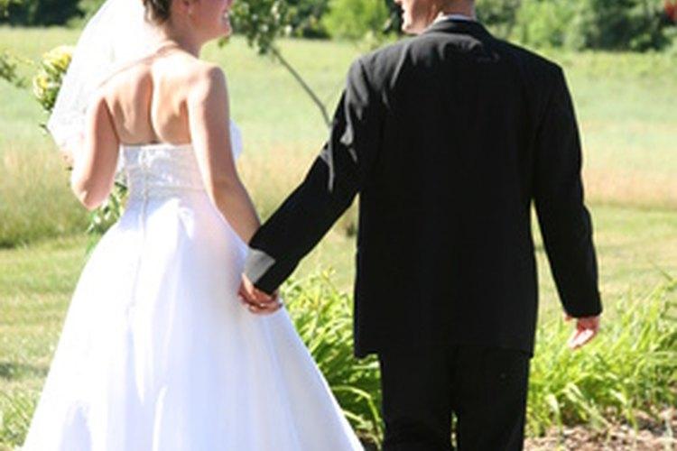 Disfraces de novio y novia son perfectos para una fiesta blanco y negro.