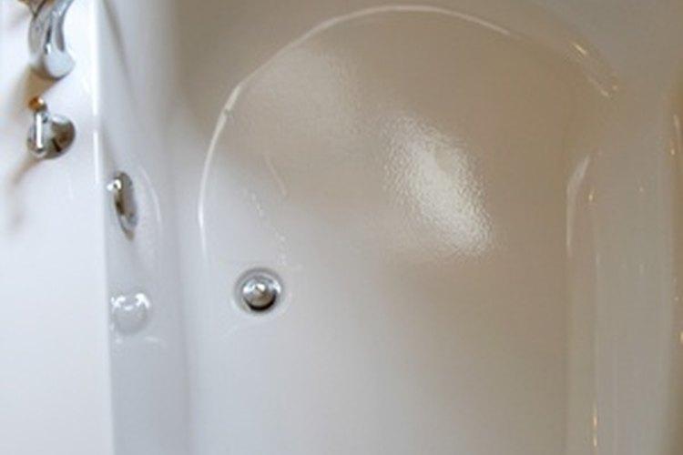 Echa agua dentro de una tina y utiliza un termómetro de cocina para determinar la temperatura del agua.