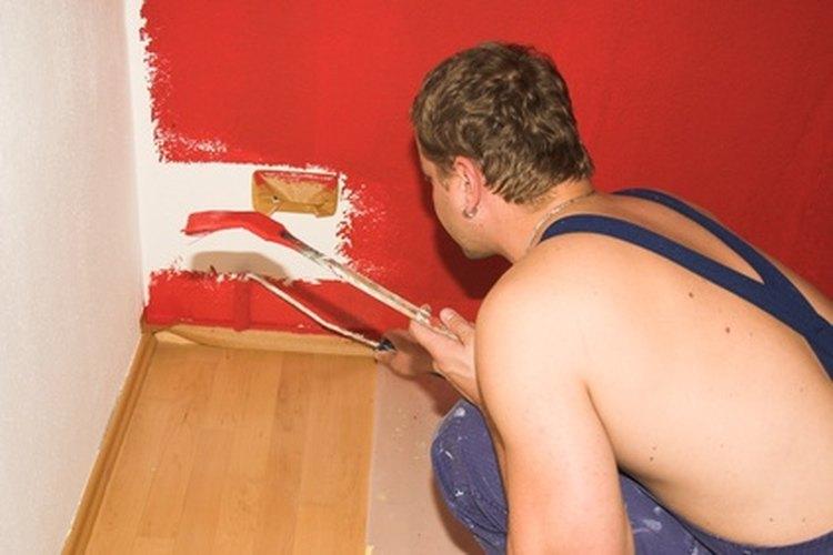 Pintar una habitación de color rojo.