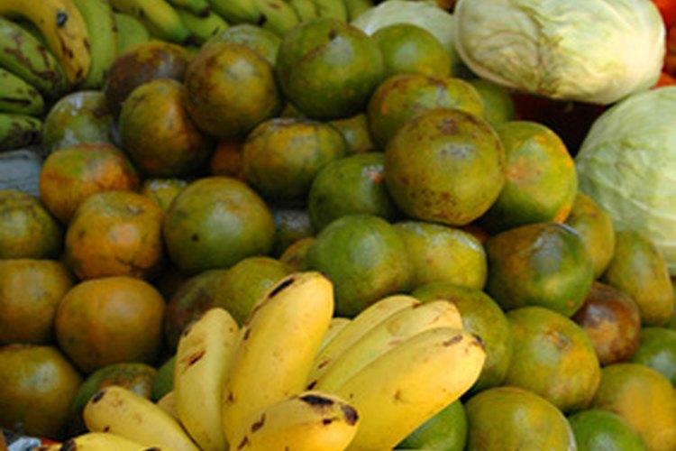 Los vegetales y las frutas son buenas adiciones para la dieta del loro gris africano.