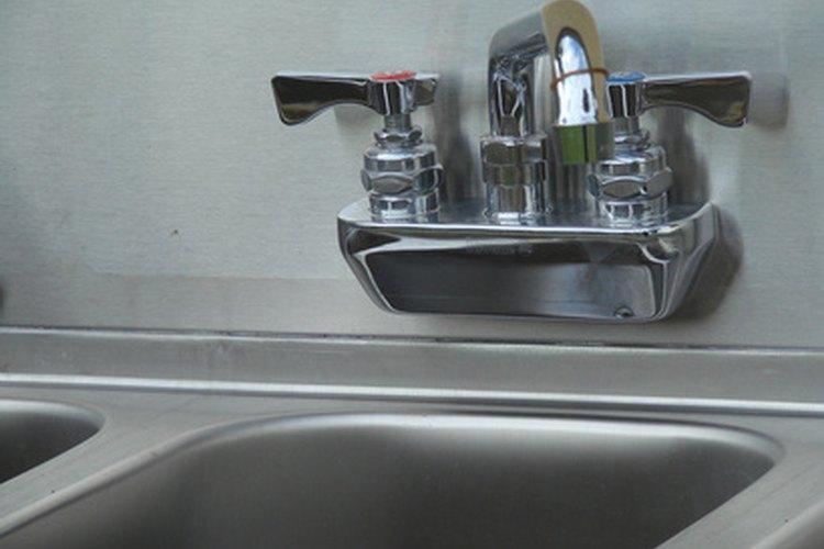 Cómo instalar los clips de fijación de un fregadero de cocina |