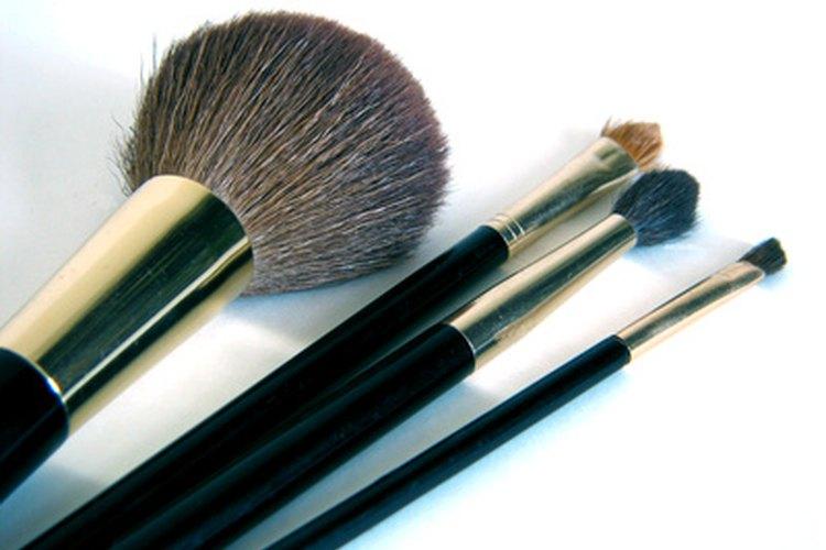 Existen muchas brochas para maquillaje, cada una con su tarea.