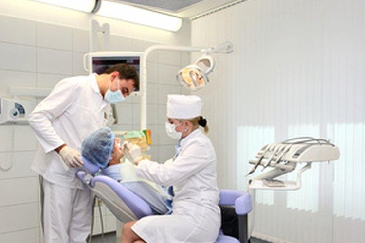 Los higienista dental preparan a los pacientes para ver al dentista