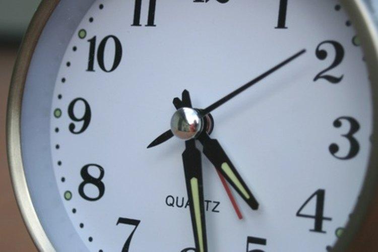 Al enseñar a tu hijo a leer un reloj, asegúrate de que éste tenga marcas para las unidades que están entre los números.
