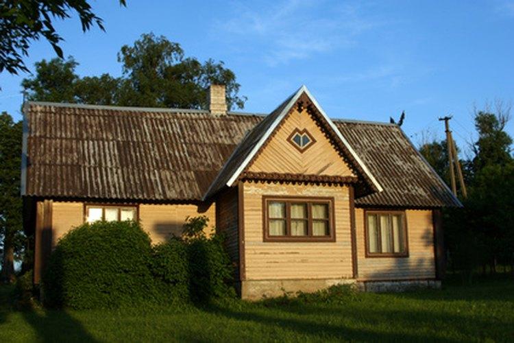 Una casa de campo puede ser simplemente revestida con tablones y con una base de piedra.