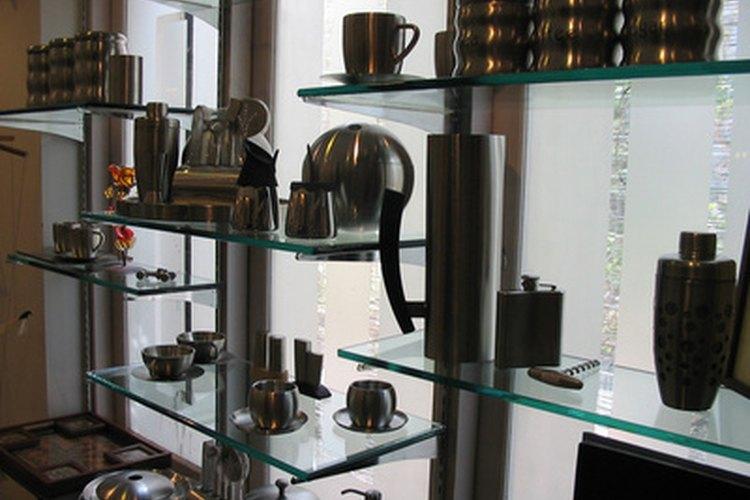 Ve a tu tienda de café favorita para comprar los artículos que vas a poner en una canasta de regalos.