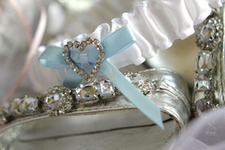 Usa dos ligas en el día de tu boda, así que puedes tirar una y guardar la otra.