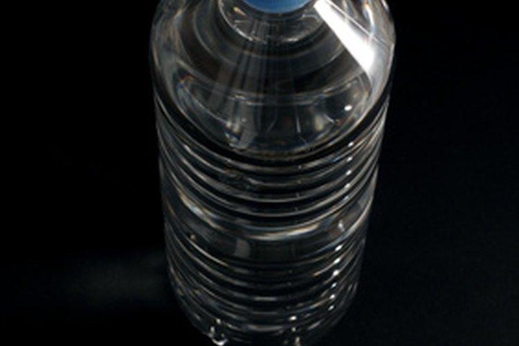 Corta la tercera parte superior de una botella de 2 litros (0,53 gal).