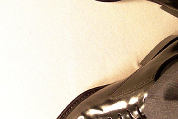 Zapatos de cuero estirados utilizando líquido para ensanchar zapatos.