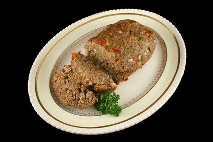Agrega sabor a un pastel de carne simple al cubrirlo con una salsa.