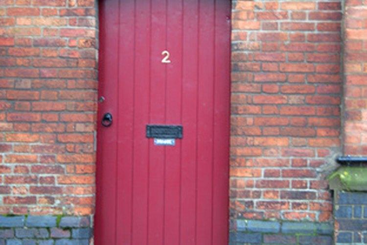 Una puerta de color rojo hace que la gente distinga tu casa y los invita a pasar.