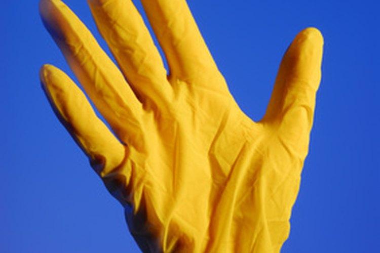Usar guantes protege las manos en contra de los químicos peligrosos.