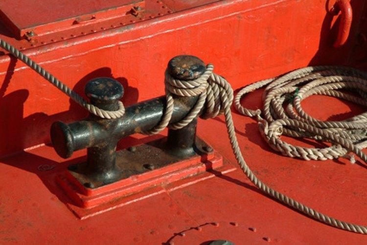 Los oficiales de cubierta amarran con seguridad un buque y su cargamento.