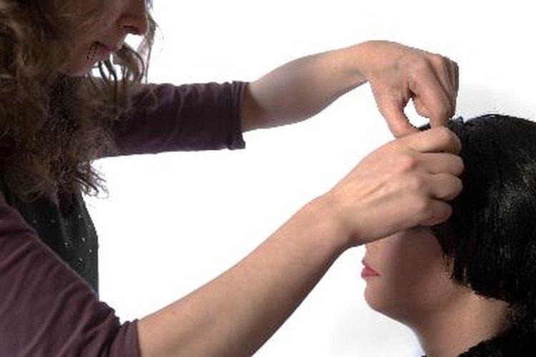 Lavar el cabello todos los días con un champú suave puede ser suficiente para controlar la caspa.